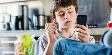 """Smartfonlar yeniyetmələri """"bədbəxt"""" edir"""