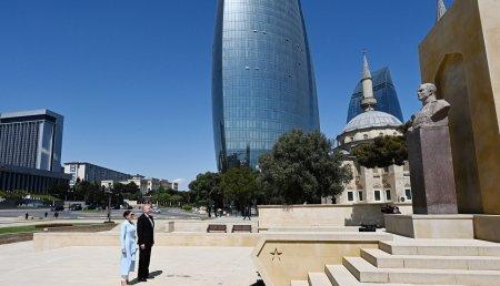 Prezident İlham Əliyev iki dəfə Sovet İttifaqı Qəhrəmanı Həzi Aslanovun məzarını ziyarət edib