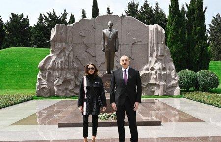 Prezident İlham Əliyev ulu öndər Heydər Əliyevin məzarını ziyarət edib
