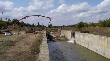 Masallı park-bulvar kompleksində beton məcraya salınma işləri sürətlə aparılır
